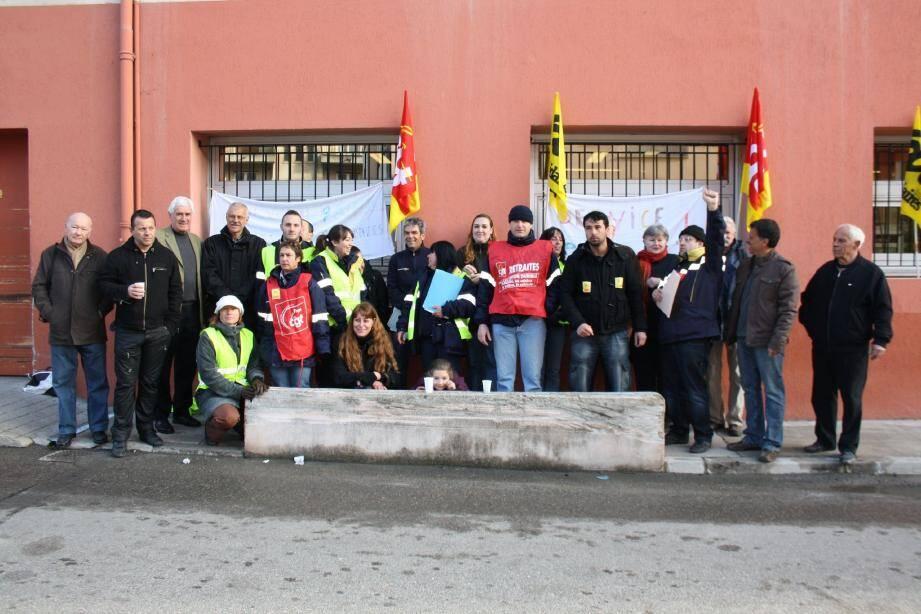 Syndicalistes ou non, élus et usagers ont participé hier à une protestation contre la restructuration de La Poste de Contes. Ils craignent des suppressions d'emplois et une diminution de la qualité du service.