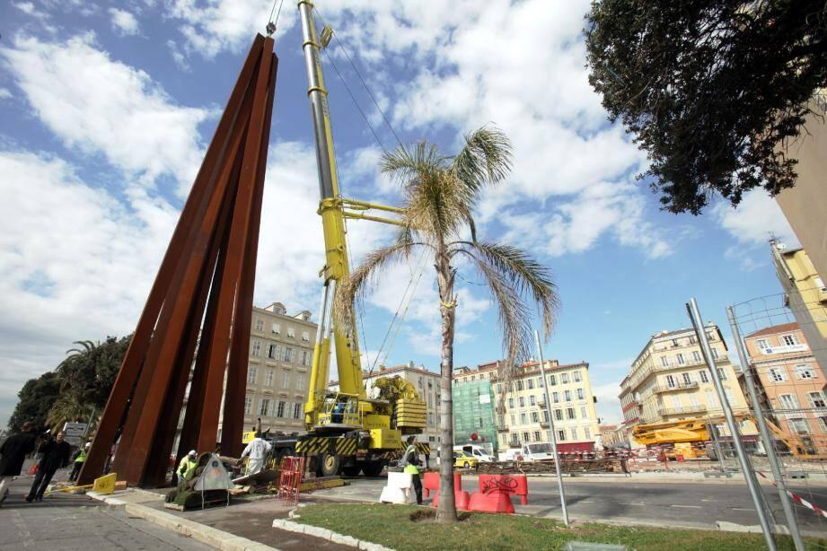Une gigantesque grue de levage a soulevé, à près de 2 mètres du sol, les 66 tonnes de la sculpture monumentale qui trône désormais au milieu du Quai des États-Unis.( Photo Cyril Dodergny)