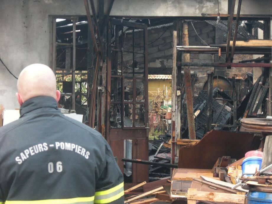 Rempli de meubles, de planches et de machines outils, l'entrepôt de menuiserie de l'avenue Germaine est parti en fumée en quelques minutes.