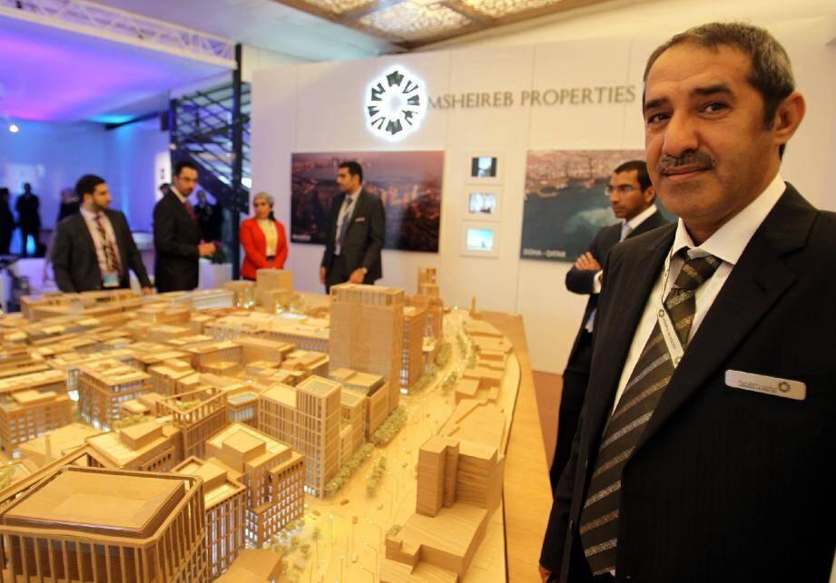 La réhabilitation du centre-ville historique de Doha, dont la maquette est présentée ici par son directeur M. Al Marri, est le premier projet de cette envergure à respecter les normes environnementales ISO et LEED sur l'ensemble des bâtiments.