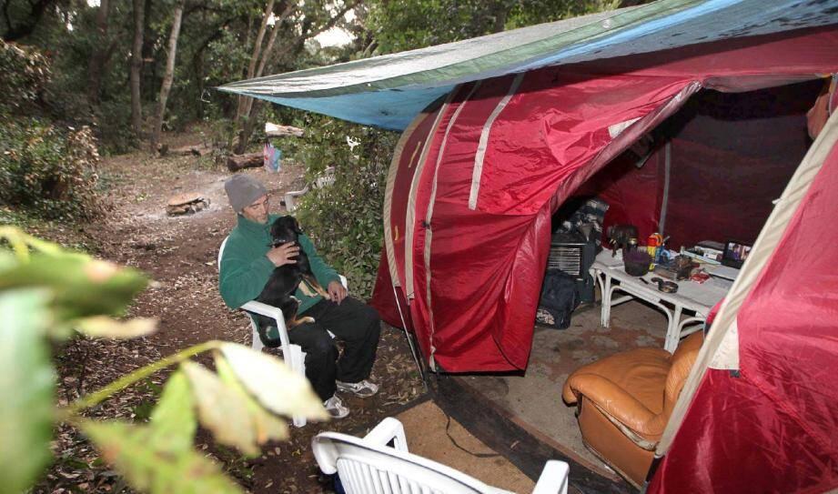 Campeur clandestin au cap d'Antibes depuis quatre ans, Yanic se bat pour entretenir un cadre de vie de presque normalité… pour ne pas plonger, définitivement.