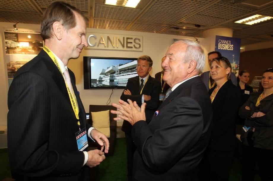 Sur le stand de Cannes : le député-maire Bernard Brochand en pleine promotion de sa ville auprès de l'ambassadeur d'Allemagne Reinhard Schäfers.