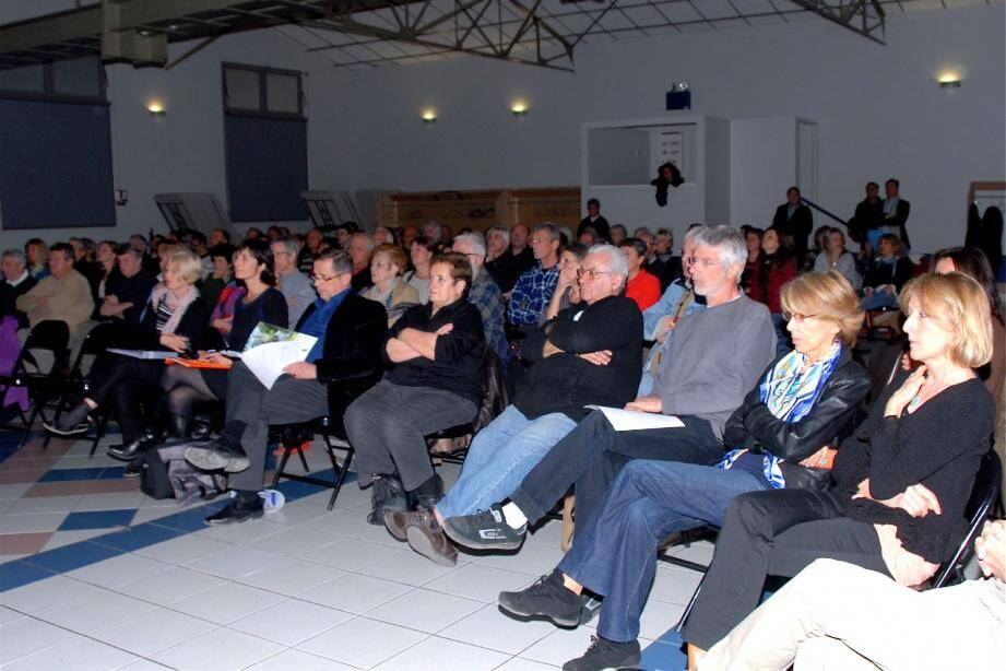 Un public très motivé a participé à la réunion.