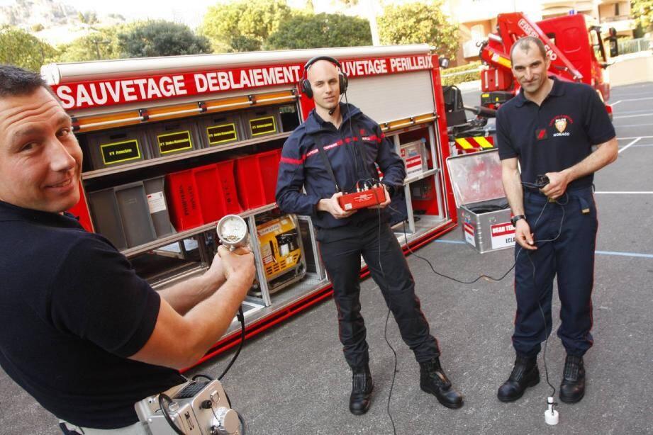 Les pompiers monégasques ont emmené avec eux du matériel notamment des compteurs Geiger et des appareils de transmission (de gauche à droite : Olivier Vitale, le caporal Laurent Audibert et le caporal Philippe Segura).