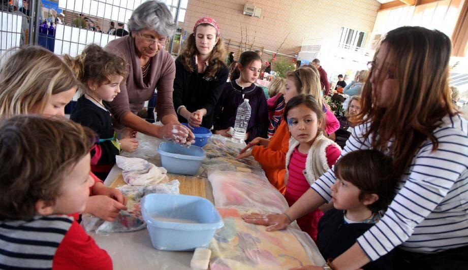 Les enfants ont participé à des ateliers de fabrication de tableaux en laine.
