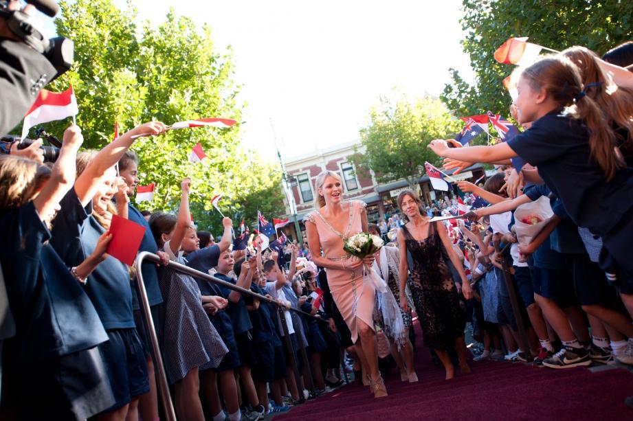 Armés de leurs petits drapeaux, les enfants ont fait une ovation à la princesse Charlène.