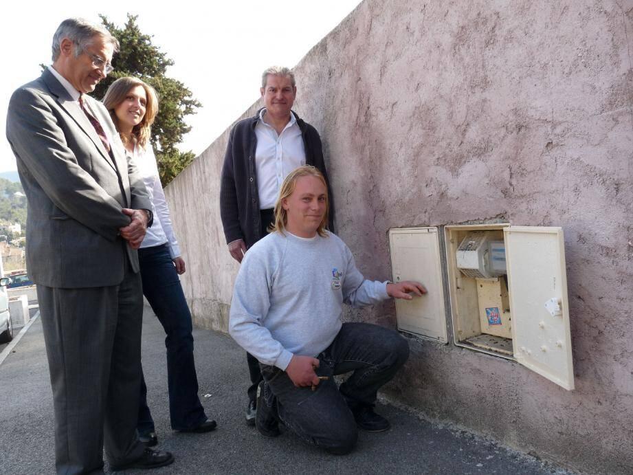 Boris intervient sur les armoires électriques grâce à la convention signée par Noël Tossan pour l'Epis. A droite : Benoît Dreux, représentant ERDF, en présence du maire Michel Guidi.