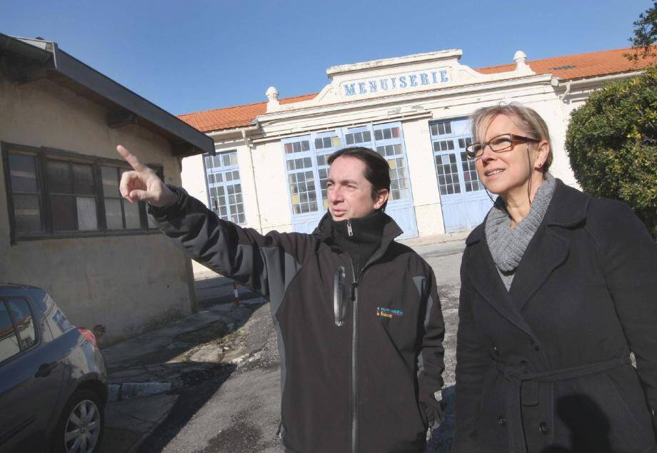 Martine Bodson, la nouvelle responsable administrative des Studios Riviera , avec Didier Planforet, assistant d'exploitation : pour eux, la menuiserie, qui a conservé son aspect des années vingt, est « un plus très demandé ».