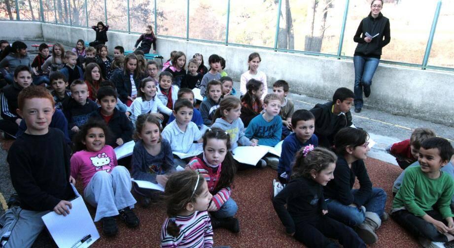 Six classes du groupe scolaire des Tilleuls, de la grande section au CM2, participent au Printemps des poètes et poésies des deux rives.