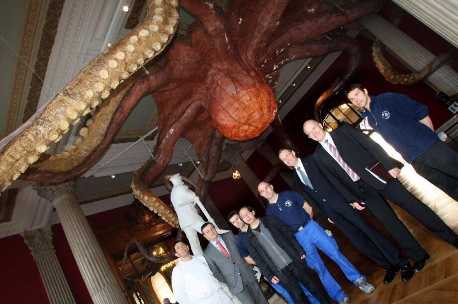 Wu Zei, une pieuvre géante accrochée au plafond du Salon d'honneur du Musée océanographique est en cours de démontage après avoir impressionné des milliers de visiteurs.