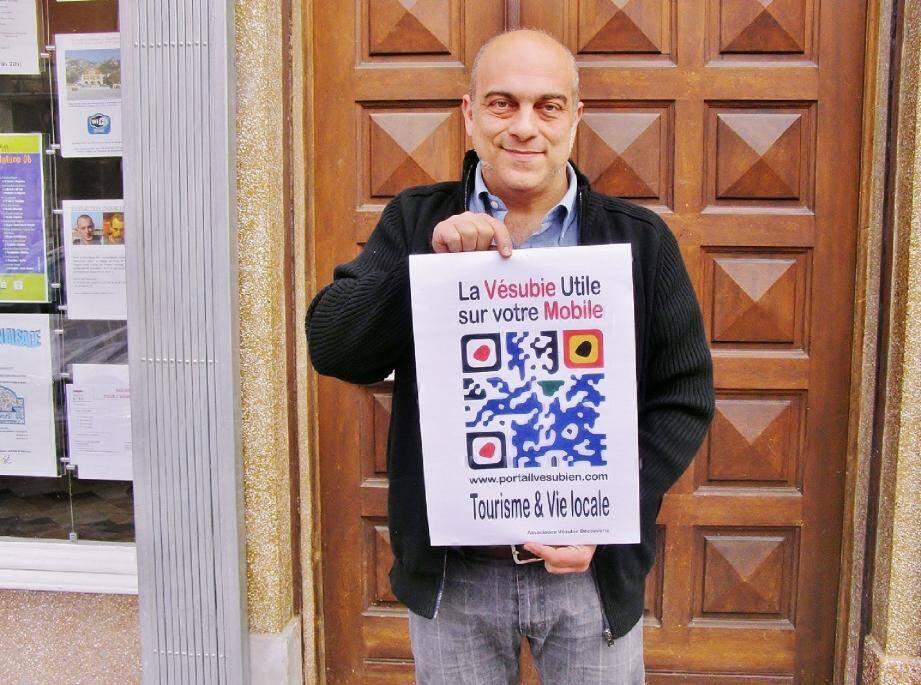 Eric Comoglio, président de Vésubie Découverte présente le QR Code pour téléphones mobiles.