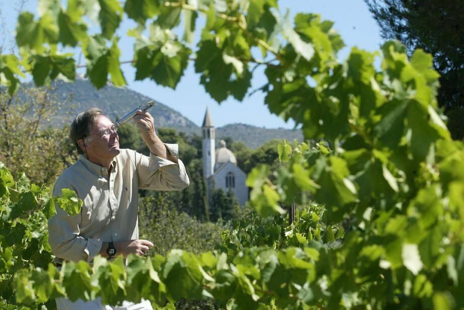 Ghislain de Charnacé au milieu des vignes qu'il vient de vendre et sur lesquelles il continuera de veiller. Le château proprement dit reste la propriété de la famille.