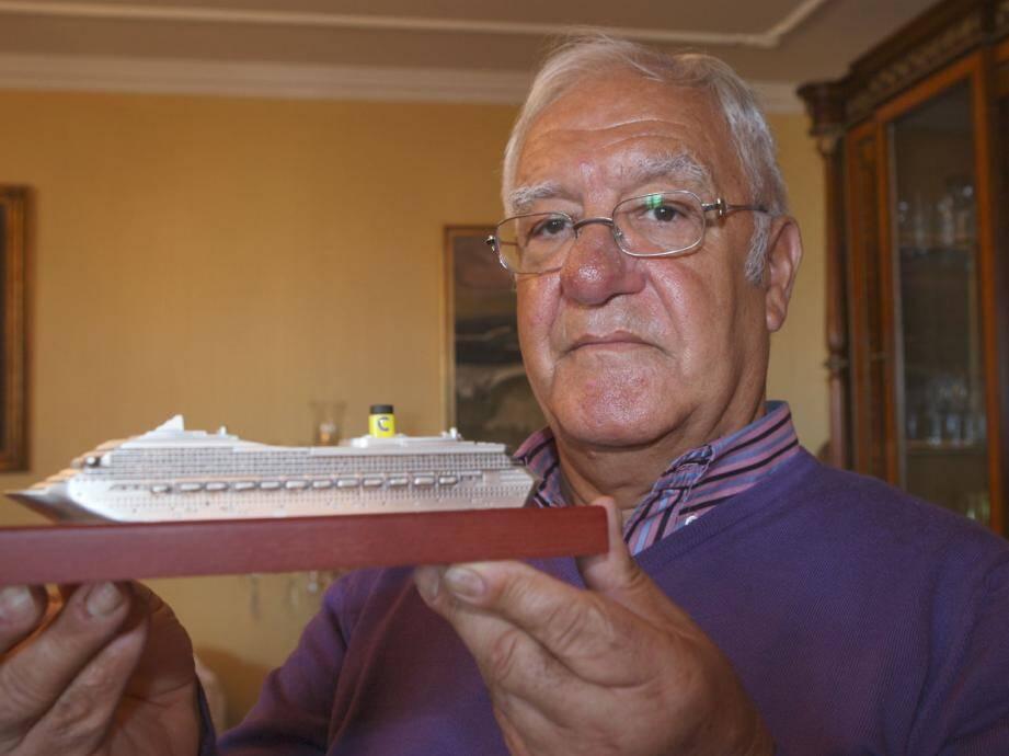 Carmino Ippolito, avec la maquette d'un bateau Costa qui trône toujours chez lui. Repartir ? «Pourquoi pas, mais qu'est-ce qui nous prouve que nous serons en sécurité ?».
