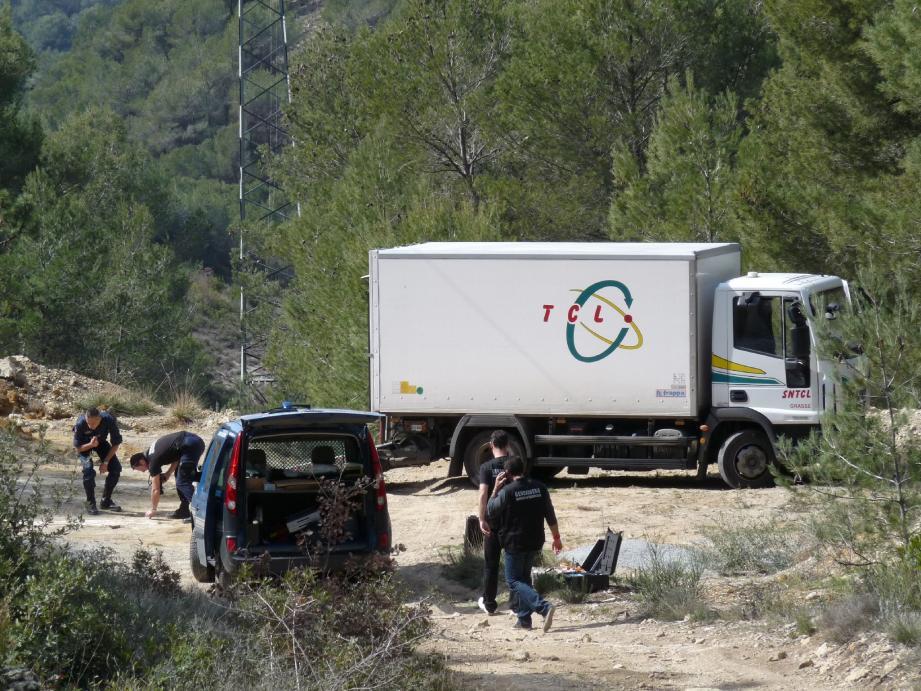 La brigade des recherches et les techniciens en identification de la gendarmerie ont effectué les prélèvements d'usages sur le camion abandonné.