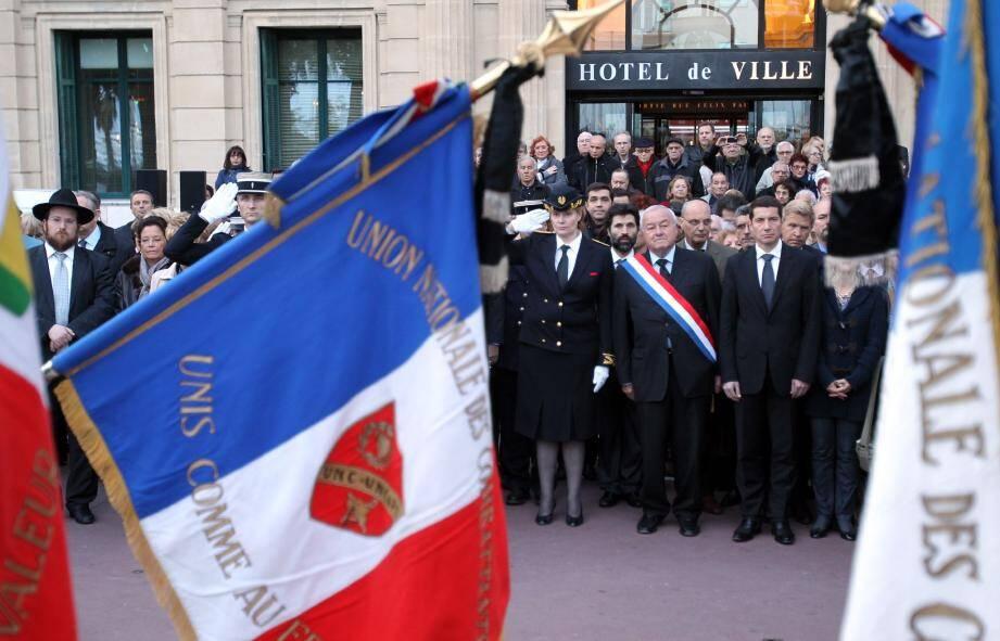 Civils, autorités militaires, politiques et religieuses ont massivement participé, hier soir, à la cérémonie devant le monument aux morts de Cannes.