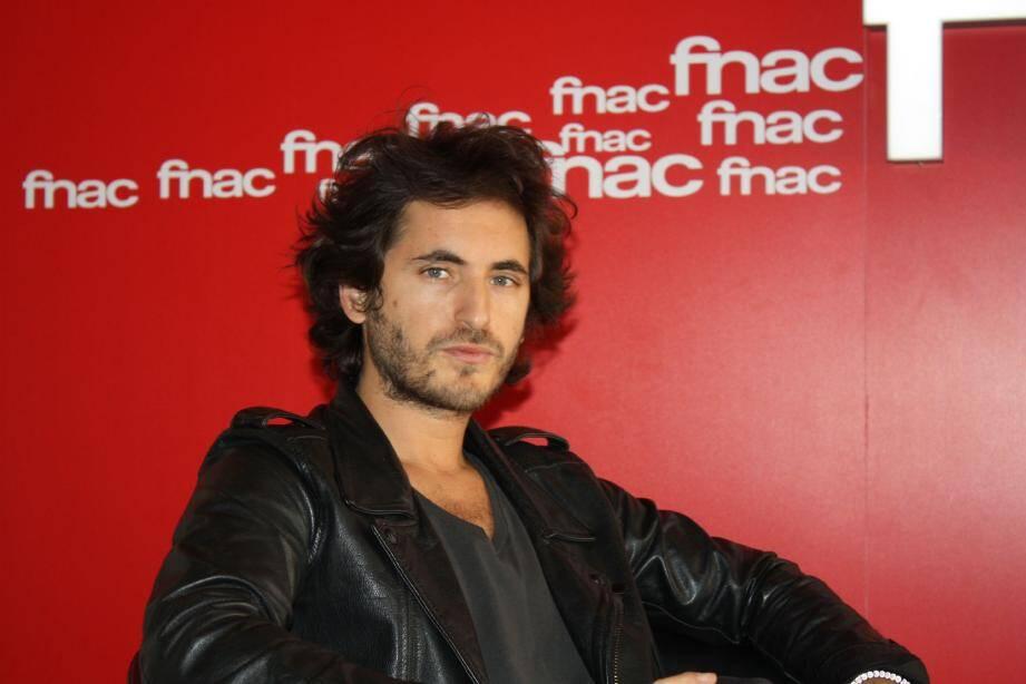 Mikaël Miro, le chanteur de tubes, en promotion à Cannes.