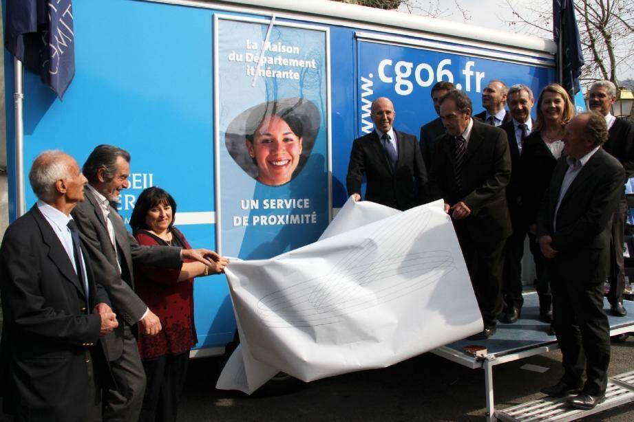 Eric Ciotti et Alain Sauvage, le maire de Massoins, entourés de nombreux élus locaux, dévoilent le symbole de cette Maison du département.
