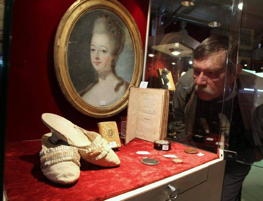 Expertisés par Cyrille Boulay, ces souliers de taille 36 auraient été portés par l'épouse mal-aimée de Louis XVI, le 14 juillet 1790 sur le Champ de Mars, lors de la fête de la fédération. Mis à prix : 5 000 e .