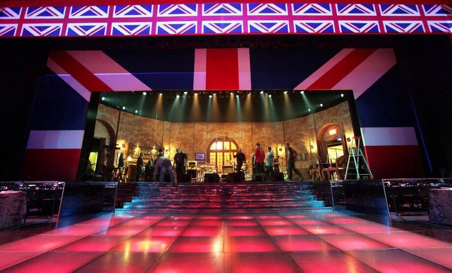 Le thème choisi par la princesse Caroline elle-même sera décliné partout ce soir. Sur scène, un pub anglais reconstitué.