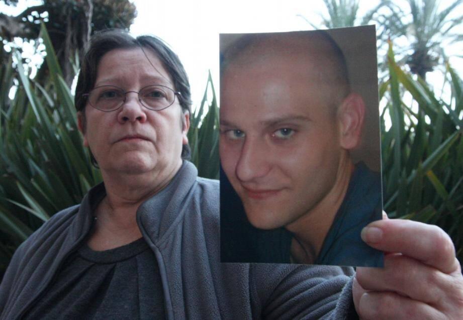Dominique Dardanne avec la photo de son fils, Jonathan Choque, 21 ans, tué d'un coup de couteau en septembre 2010 au centre-ville de Menton.