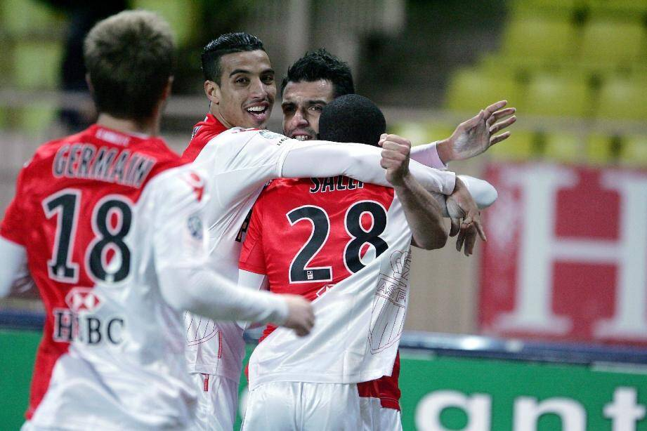 Y'a d'la joie à l'AS Monaco, et chez Salli, Germain, Dirar et Tzavellas. Grâce à son succès 2-1 face à Châteauroux hier, l'ASM double Metz, s'éloigne de la zone rouge et profite du faux pas du Mans.(Ph. Cyril Dodergny)
