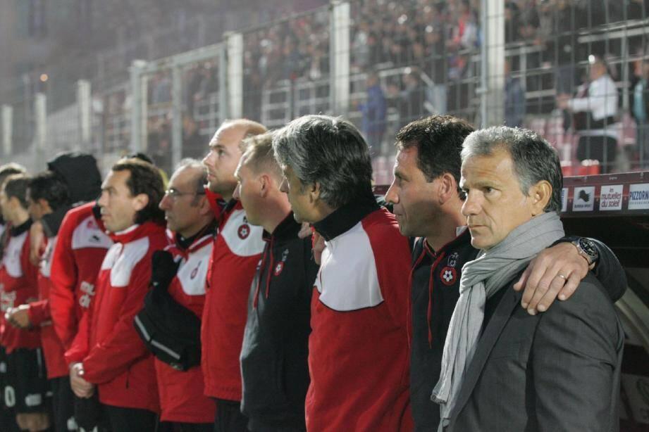 Tout le staff niçois uni avant le match. Christian Schmidt (préparateur physique), Bruno Valencony (entraîneur des gardiens), Fred Gioria (adjoint) et René Marsiglia, l'entraîneur (de g. à d.).