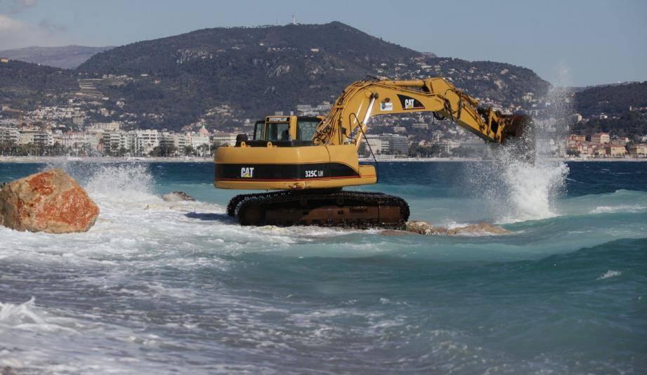 Les engins de chantier vont jusqu'à s'avancer de quelques mètres dans la mer pour ramener les précieux galets sur la terre ferme.