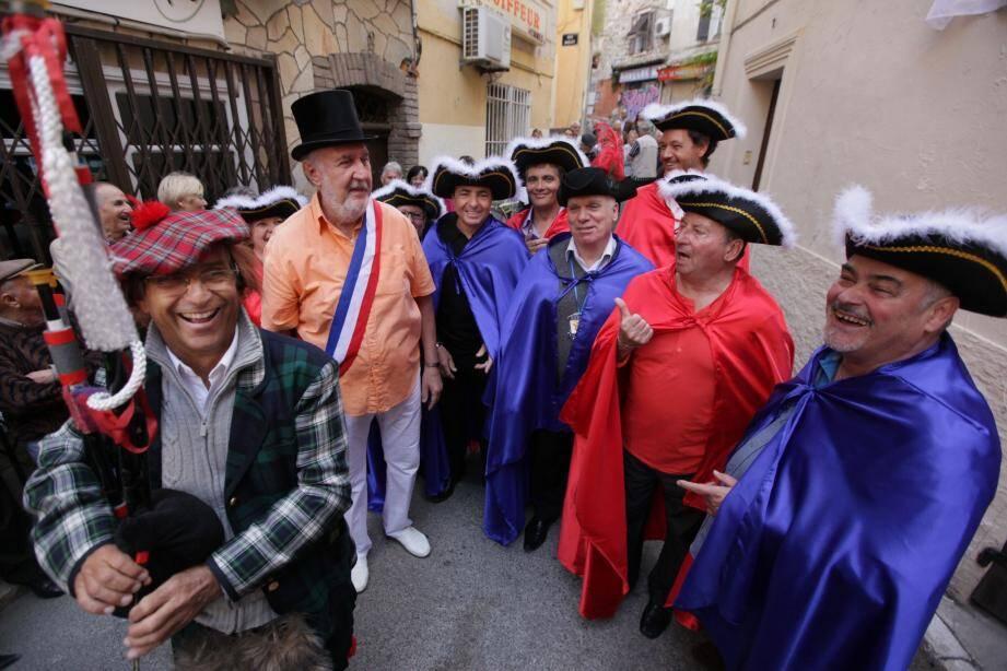 Zézé Marconi, le maire du Safranier, et les membres de la Guilde ont accueilli Jean Leonetti qui, après avoir dévoilé la plaque, a été intronisé Ficanas d'honneur.