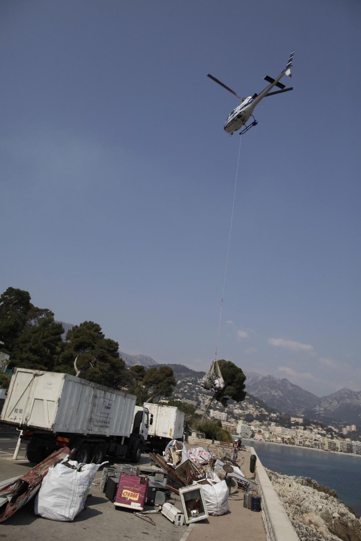 Environ dix tonnes de déchets ont été évacuées par les airs avant d'être récupérés par des camions.