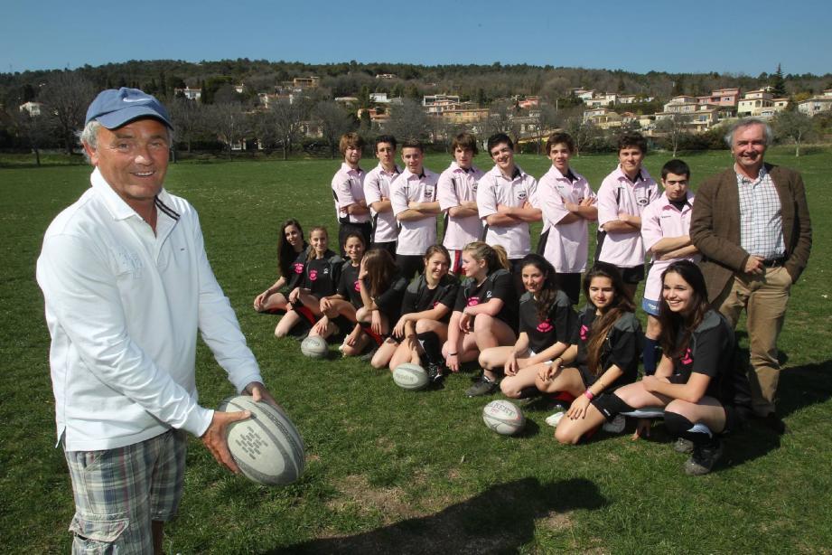 Jean-Louis Guy (à gauche), professeur d'EPS fait pratiquer le rugby à ses élèves depuis 35 ans. Ce jour-là, dans le pré de Cabris, le maire Pierre Bornet (à droite) est venu assister à l'entraînement.