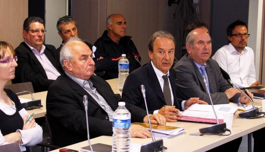 Le président de la Carf, Patrick Césari, entouré des acteurs français du projet Alcotra, a signé la conclusion de ce dernier, destiné à prévenir et lutter contre les pollutions marines.
