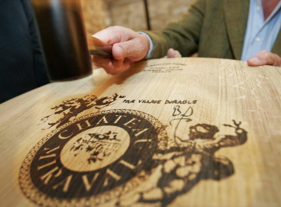 Une barrique du Château Miraval, signée par son éminent propriétaire, Brad Pitt, a battu tous les records, adjugée à 10.000 euros.