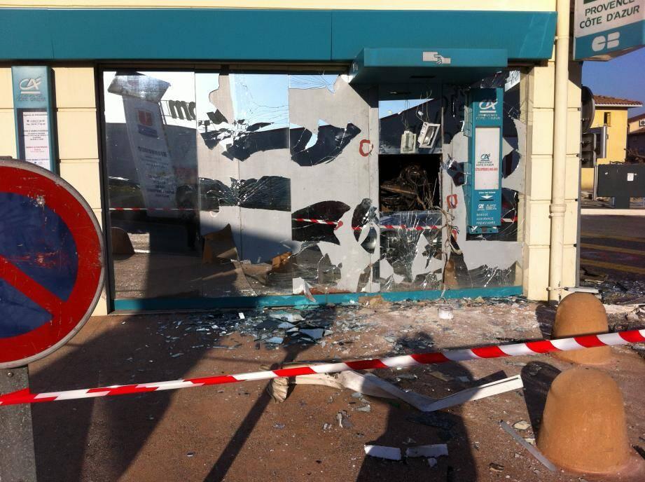 Un distributeur automatique  de billets a été attaqué à l'explosif vendredi soir à 22h30 dans le centre commercial de Fray-Redon à Rocbaron