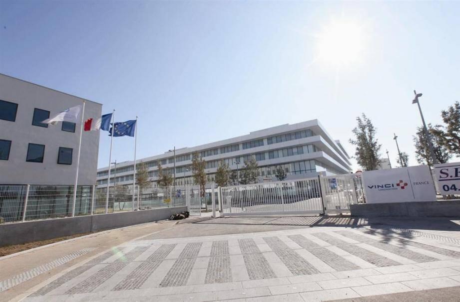L'entrée du nouvel hôpital est accessible par l'avenue Sainte-Claire-Deville, à hauteur du carrefour nouvellement aménagé par l'agglomération toulonnaise.