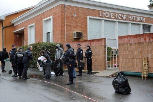 """Des policiers devant le lycée-collège """"Ozar Hatorah"""" de Toulouse le 19 mars 2012"""