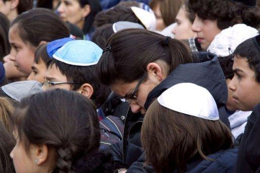 Des écoliers juifs observent une minute de silence le 20 mars 2012 à l'école Gan Rachi à Toulouse
