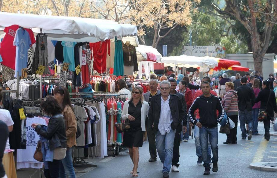 La foule déambule dans les allées de la foire de printemps à la recherche de la bonne affaire pour habiller toute la famille.