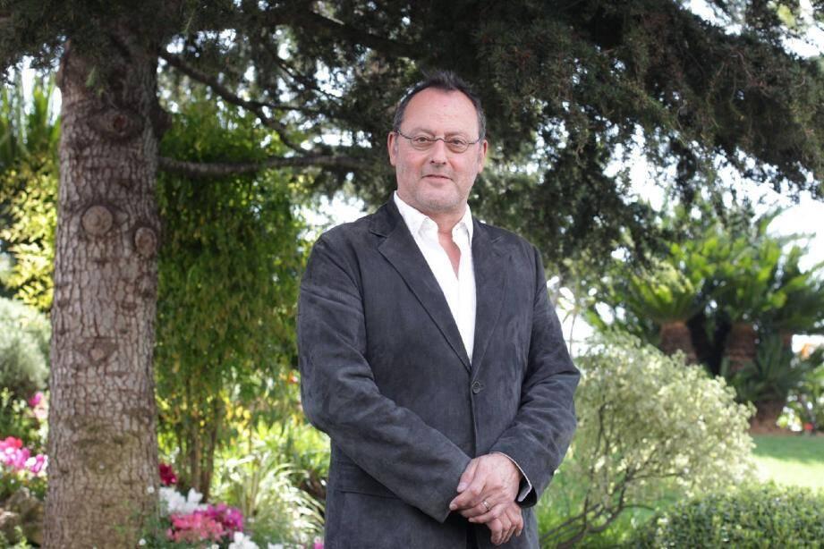 Jean Reno à Cannes, pour promouvoir son premier grand rôle dans une série télé :Le Grand , ou un flic bourru avec force et faiblesses, qui enquête dans un Paris mystérieux et criminel, pour TF1.