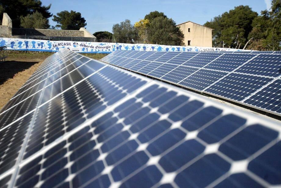 Comme ici sur le toit du réservoir de Ranguin, le Sicasil continue d'installer des panneaux photovoltaïques en 2012, sur le toit du siège du syndicat et des usines de Saint-Jacques et Châteauneuf.