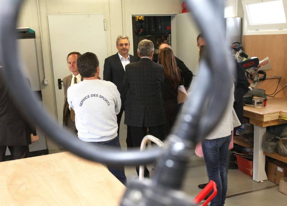 Louis Nègre accompagné, entre autres, de Béatrice Maucourant responsable du service des sports de la ville, Hervé Spielman, Raymond Ricci et Gilbert Antomarcchi, est venu visiter le nouvel atelier.