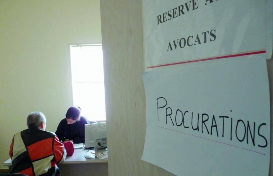 Au commissariat, le bureau réservé aux avocats est devenu l'accueil destiné aux demandes de procurations.