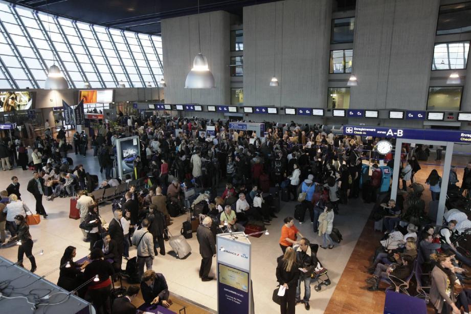 Longue file d'attente hier aux guichets des compagnies, comme ici celui d'Air France, au terminal 2.
