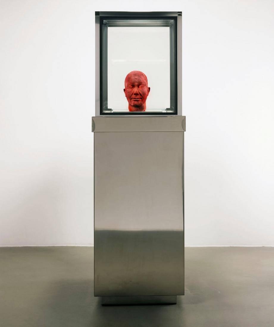 « Self », œuvre autoportrait constitutive du travail de Marc Quinn sculptée dans un bloc de glace fait de son propre sang, sera une des pièces majeures de l'exposition.