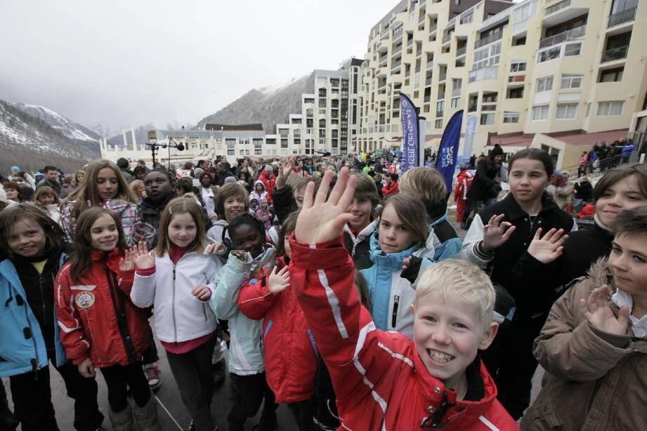 La foule des grands jours, hier à Isola 2000. Les 600 personnes qui assistaient en plein air à la projection du film retraçant la construction de la station ont été bientôt nappées de blanc.