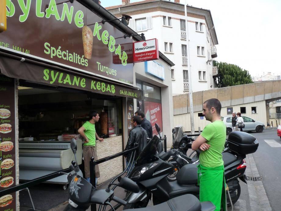 Malgré la rixe de la nuit de dimanche à lundi, le Sylane Kebab a ouvert hier toute la journée. En espérant une clientèle mieux intentionnée...