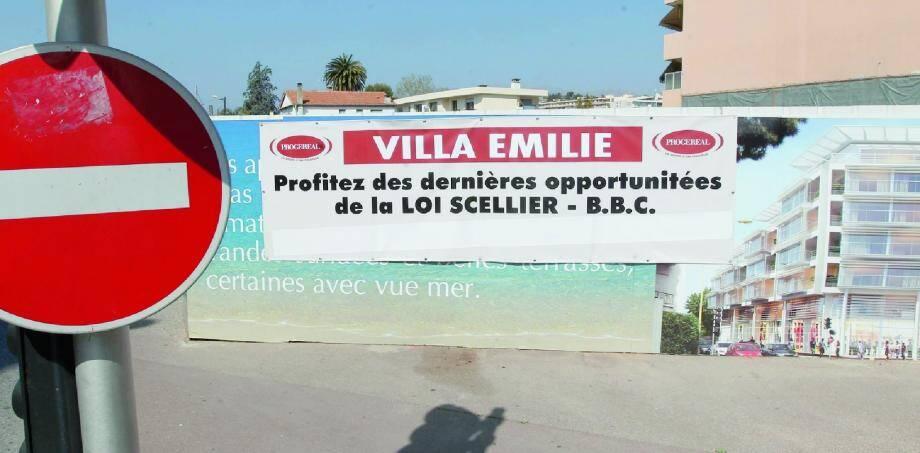 Le projet Wilmotte et ses parois de verre s'étalent partout sur les barricades. Mais derrière, il ne se passe plus rien depuis plus d'un mois.