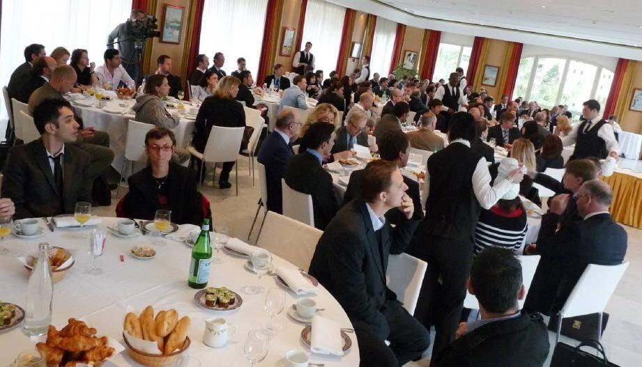 Plus de 120 personnes ont assisté au petit-déjeuner au cours duquel intervenants professionnels et institutionnels ont donné leur éclairage sur le thème. Car faire ses achats sur Internet est devenu un réflexe pour des millions d'utilisateurs.
