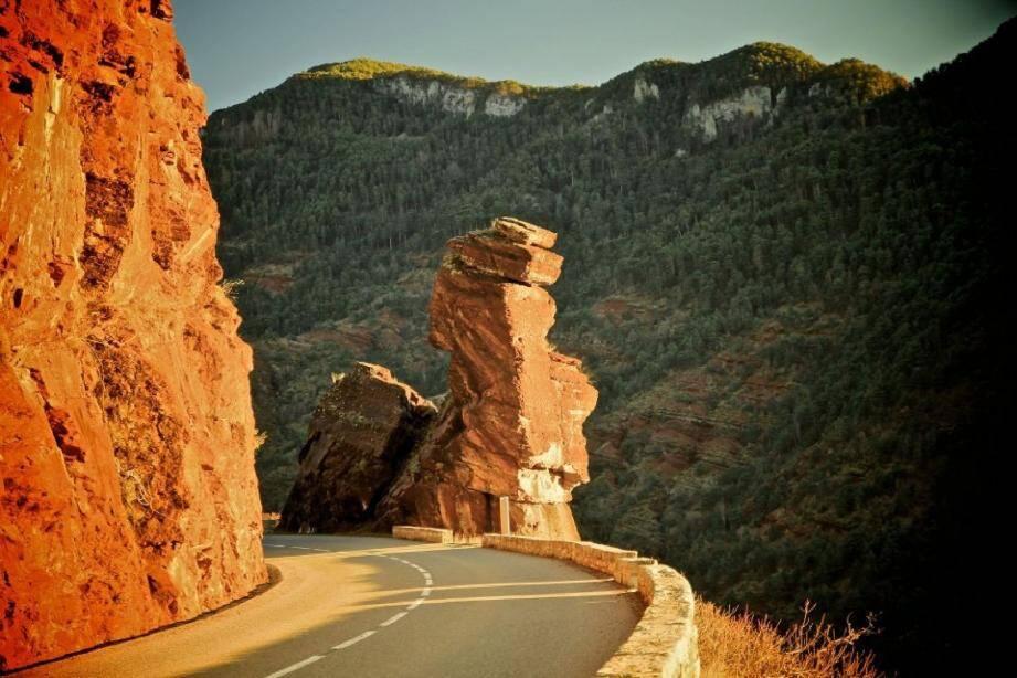 Les parcours emprunteront les magnifiques gorges de Daluis. Une route où trône « La tête de femme ».