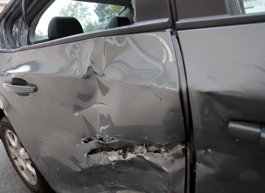 Dans la collision, la portière arrière de la Chevrolet a littéralement été découpée, preuve de la violence de l'impact.