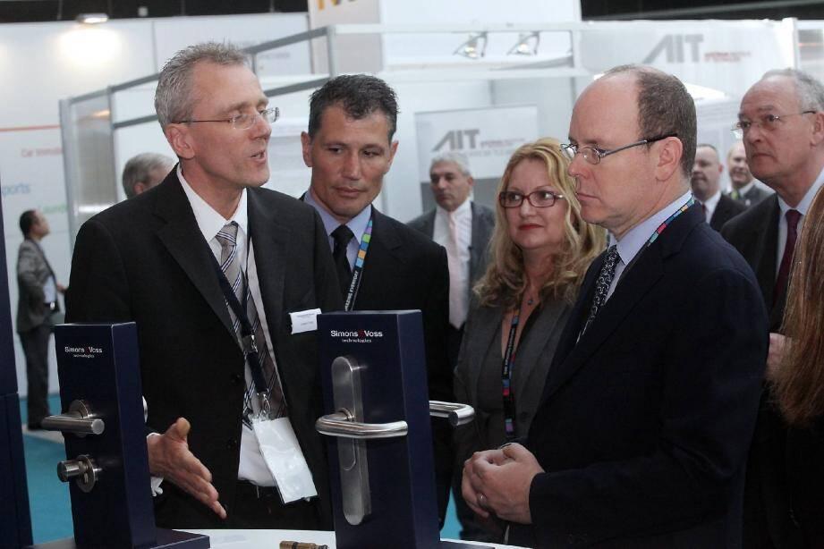 Le prince Albert II, hier matin, en visite sur le salon Wima, s'est intéressé de près à ces nouveaux modes technologiques galopants.